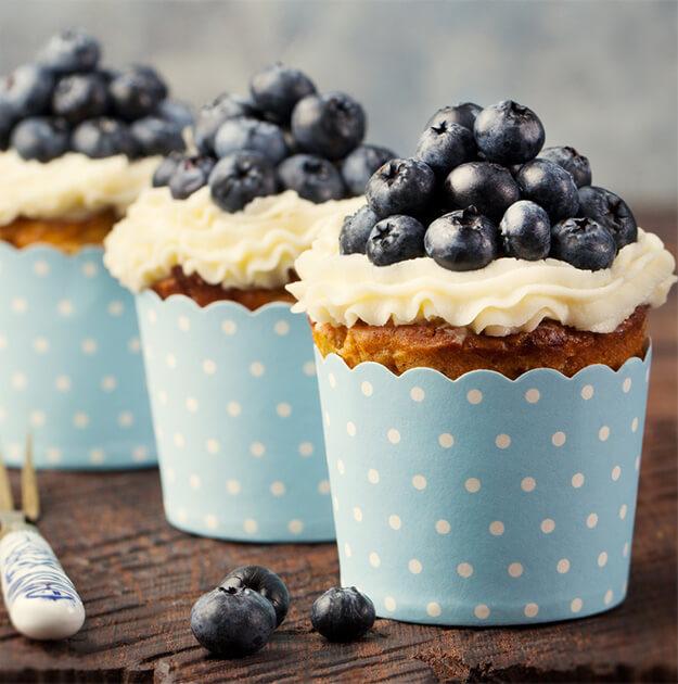 Handmade Cheese-Beeren-Cupcakes<br>mit Mürbeteigboden und Frosting